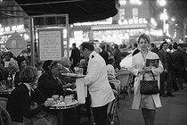 Roger-Viollet | 524422 | Terrace of the Café de la Paix, place de l'Opéra. Paris (IXth arrondissement), 1950's. Photograph by Janine Niepce (1921-2007). | © Janine Niepce / Roger-Viollet