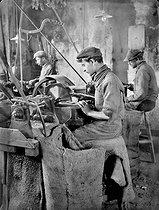 Roger-Viollet | 525094 | Fabrication de pipes. Nivelage des ébauchoirs à la scie circulaire. Saint-Claude (Jura), 1908. | © Jacques Boyer / Roger-Viollet