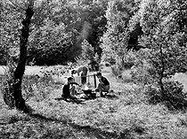 Roger-Viollet | 526738 | Teenagers camping out. | © Roger-Viollet / Roger-Viollet
