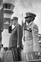 Roger-Viollet | 529008 | Le général de Gaulle en visite à Addis-Abeba et le Négus Hailé Sélassié pendant l'exécution des hymnes nationaux à l'aéroport, août 1966. | © Roger-Viollet / Roger-Viollet