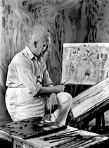 Roger-Viollet | 530838 | Raoul Dufy (1877-1953), French painter, artist and engraver, in his studio, 1937. | © Laure Albin Guillot / Roger-Viollet