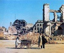 Roger-Viollet | 533686 | Guerre 1939-1945. Réfugiés allemands revenant dans leur ville détruite par des bombardements alliés. Berlin (Allemagne), juin 1945. | © Bilderwelt / Roger-Viollet