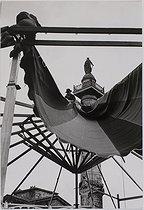 Roger-Viollet | 536565 | Celebrations and shows in Paris. Place de la Nation. Preparations for the Foire du Trône fun fair. Paris (XIIth arrondissement), 1953. Photograph by Jean Marquis (1926-2019). Bibliothèque historique de la Ville de Paris. | © Jean Marquis / BHVP / Roger-Viollet