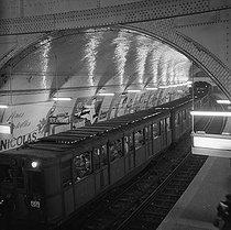 Roger-Viollet   536600   Métro Sprague-Thomson (wagon 2ème classe) à la station Saint-Michel. Paris (VIème arr.) .   © Oswald Perrelle / Roger-Viollet