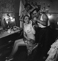 Roger-Viollet | 539290 | PARIS - DRESSING ROOM OF THE FOLIES-BERGERE | © Gaston Paris / Roger-Viollet