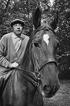 Roger-Viollet   540228   Philippe Noiret (1930-2006), French actor, on horseback, 1970. Photograph by Georges Kelaïditès (1932-2015).   © Georges Kelaïditès / Roger-Viollet