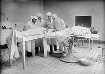 Roger-Viollet | 540839 | Blood transfusion | © Maurice-Louis Branger / Roger-Viollet
