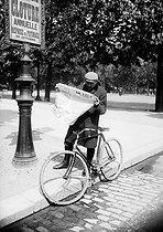 Roger-Viollet | 543454 | Cyclist reading the newspaper  Le Vélo . Paris, circa 1900. | © Jacques Boyer / Roger-Viollet