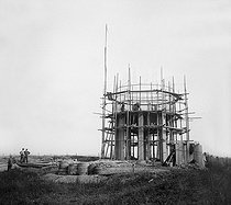 Roger-Viollet | 544329 | Nanteuil le Haudoin (Oise). Tank. Experiment of wireless communication. Mast built on scaffolds. 1903. | © Roger-Viollet / Roger-Viollet