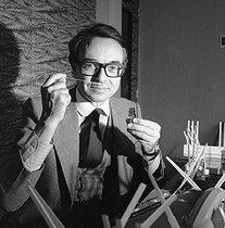 Roger-Viollet | 545787 | Nicolas Mamounas, perfumer for Rochas between 1970 and 1987, in his study, April 1981. | © Kathleen Blumenfeld / Roger-Viollet