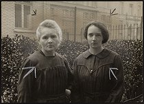Roger-Viollet | 546709 | Madame Marie Curie et sa fille, Irène Joliot-Curie, physiciennes et chimistes françaises. Paris, vers 1930. | © Albert Harlingue / Roger-Viollet