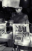 Roger-Viollet | 547227 | Paris, événements de juin 1968. Librairie Gibert Jeune, boulevard Saint-Michel, vente et exposition d'ouvrages consacrés aux événements de mai 1968. | © Noa / Roger-Viollet