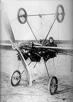Roger-Viollet | 548256 | Airplane provided with a double landing gear to avoid accidents, about 1910. | © Albert Harlingue / Roger-Viollet