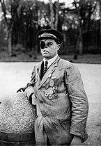 Roger-Viollet | 549349 | World War I. War veteran with severe facial injuries, guard of the crossroads of the armistice of November 11, 1918. | © Albert Harlingue / Roger-Viollet