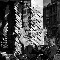 Roger-Viollet | 550669 | Newspaper seller. Taipei (Taiwan). 1962. Photograph by Hélène Roger-Viollet (1901-1985). | © Hélène Roger-Viollet / Roger-Viollet