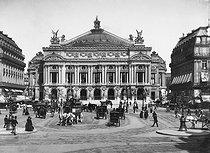Roger-Viollet | 550821 | The place de l'Opéra. Paris (IXth arrondissement), around 1890-1900. | © Neurdein / Roger-Viollet