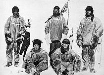 Roger-Viollet | 551122 | Expédition du capitaine Scott au pôle Sud, en 1912. Photographie de Falcon Scott avec ses compagnons : Gatters, Bower, Wilson et Evans, trouvée près du cadavre du capitaine. | © Roger-Viollet / Roger-Viollet