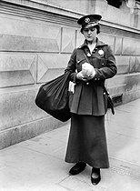 Roger-Viollet | 556001 | Paris - Delivery woman | © Maurice-Louis Branger / Roger-Viollet