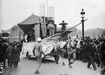 Roger-Viollet | 556259 | Mi-carême. Le char de la TSF, place de la Concorde. Paris, 1926. | © Roger-Viollet / Roger-Viollet