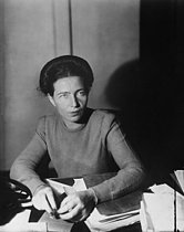 Roger-Viollet | 558058 | Simone de Beauvoir (1908-1986), French woman of letters and writer. France, November 1945. | © Collection Harlingue / Roger-Viollet