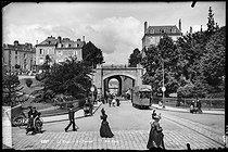 Roger-Viollet | 558875 | Le Tunnel et le tramway. Le Mans (Sarthe), vers 1900. | © Neurdein / Roger-Viollet