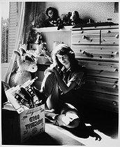 Roger-Viollet | 559151 | Charlotte Rampling (born in 1946), British actress, at her place. Chatou (France), 1983. | © Bruno de Monès / Roger-Viollet