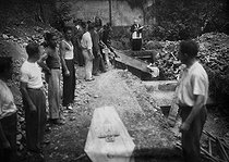 Roger-Viollet | 562747 | World War II - Liberation of Paris, burial ceremony and temporary burial of the combatants of the French Force of the Interior (FFI). Paris, circa August 26, 1944. | © LAPI / Roger-Viollet