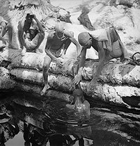 Roger-Viollet | 564199 | Well-diggers in the Sahara desert. Algeria, circa 1930. | © Gaston Paris / Roger-Viollet
