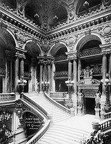 Roger-Viollet   565374   Escalier de l'Opéra Garnier, coté gauche. Paris.   © Léopold Mercier / Roger-Viollet