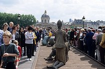 Roger-Viollet | 567445 | Exhibiton of sculptures by Ousmane Sow (1935-2016), Senegalese sculptor, on the Pont-des-Arts. Paris (VIth arrondissement), 1999. | © Béatrice Soulé / Roger-Viollet