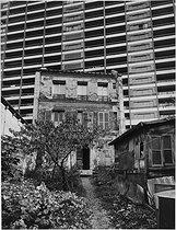 Roger-Viollet | 567476 | House at the bottom of a dead end, rue Pixerecourt. Paris (XXth arrondissement), circa 1967. Photograph by Léon Claude Vénézia (1941-2013). | © Léon Claude Vénézia / Roger-Viollet