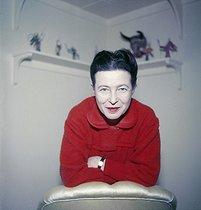 Roger-Viollet | 568437 | Simone de Beauvoir (1908-1986), French writer. Paris, 1957. | © Jack Nisberg / Roger-Viollet