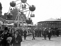 Roger-Viollet | 571372 | Fairground attraction in a fun fair. France, about 1925. | © Roger-Viollet / Roger-Viollet