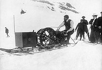 Roger-Viollet | 572939 | Jean-Baptiste Charcot (1867-1936), savant et explorateur français, conduisant une sorte de motoneige pendant une expédition, 1911. | © Maurice-Louis Branger / Roger-Viollet