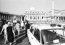 Roger-Viollet | 574825 | Tourists on Saint Peter's square. In the background: the basilica. Vatican, 1970's. | © Jean-Pierre Couderc / Roger-Viollet