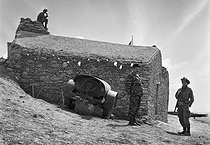 Roger-Viollet | 576394 | Algerian War of Independence. The French Army's fort at M'Zaourat, Mascara Region. This fort included a platoon of 48 harkis. It was built by the disciplinary unit of the 1st Regiment of the Foreign Legion (based in Sidi Bel Abbès). Algeria, Summer 1961. | © Jean-Pierre Laffont / Roger-Viollet