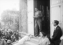 Roger-Viollet | 579116 | Louis-Ferdinand Céline (1894-1961), French writer, paying tribute to Emile Zola (1840-1902), in Zola's house in Medan (Yvelines), on October 1st, 1933. | © Albert Harlingue / Roger-Viollet