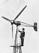 Roger-Viollet | 579144 | Installation de l'éolienne de Bel Horizon, sur la commune de Minerve (Hérault). Turbine Jacobs et dynamo, 1955. | © Jacques Boyer / Roger-Viollet