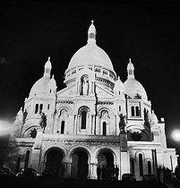 Roger-Viollet | 579196 | The Sacré-Coeur basilica, at night. Paris (XVIIIth arrondissement), 1960's. | © Roger-Viollet / Roger-Viollet