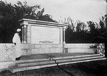 Roger-Viollet | 579650 | Monument érigé à la mémoire de Charles de Foucauld (1858-1916), explorateur et religieux français. Casablanca (Maroc). | © Collection Harlingue / Roger-Viollet