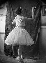 Roger-Viollet | 580858 | Miss Daunt, dancer at Paris Opera, circa 1920. | © Pierre Choumoff / Roger-Viollet