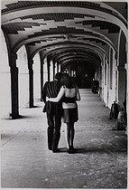 Roger-Viollet | 581924 | Couple of lovers at the place des Vosges. Paris (IVth arrondissement), 1969. Photograph by Jean Marquis (1926-2019). Bibliothèque historique de la Ville de Paris. | © Jean Marquis / BHVP / Roger-Viollet