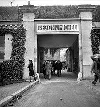 Roger-Viollet   582300   Etablissements Pezon et Michel. Fabrique de cannes à pêche. Sortie des employés. Amboise (Indre-et-Loire), vers 1945.   © Tony Burnand / Roger-Viollet