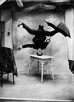 Roger-Viollet | 583951 | Equilibriste | © Maurice-Louis Branger / Roger-Viollet