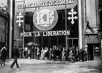 Roger-Viollet | 584371 | Guerre 1939-1945. Exposition sur la libération. Champs Elysées. Paris, septembre 1944. | © LAPI / Roger-Viollet