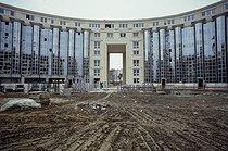Roger-Viollet | 585217 | Chantier de construction du Jardin des Colonnes, oeuvre de l'architecte catalan Ricardo Bofill (né en 1939). Paris (XIVème arr.), 1984. | © Jean-Pierre Couderc / Roger-Viollet