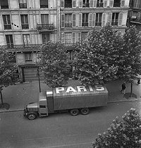 Roger-Viollet | 585435 | World War II. Lorry resupplying Paris displaying the inscription Paris on its canvas sheet in order to avoid Allied machine-gunning, July 27, 1944. | © LAPI / Roger-Viollet