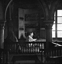 Roger-Viollet | 587819 | Interior of El Ghriba synagogue. Hara Sghira (Tunisia), February 1965. Photograph by Hélène Roger-Viollet (1901-1985) and Jean Fischer (1904-1985). | © Hélène Roger-Viollet & Jean Fischer / Roger-Viollet