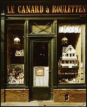 Roger-Viollet | 587903 |  Le canard à roulettes , antiques and toys shop, 60 rue Mazarine. Paris (VIth arrondissement), 1981. Photograph by Felipe Ferré (born in 1934). Paris, musée Carnavalet. | © Felipe Ferré / Musée Carnavalet / Roger-Viollet