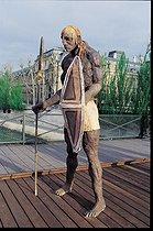 Roger-Viollet | 588935 | Le Guerrier debout (série Masaï) | © Béatrice Soulé / Roger-Viollet